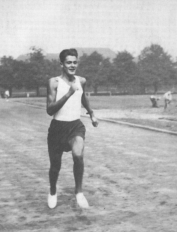 Aleksy Dawidowski wyróżniał się dużą sprawnością fizyczną, brał udział w zawodach lekkoatletycznych