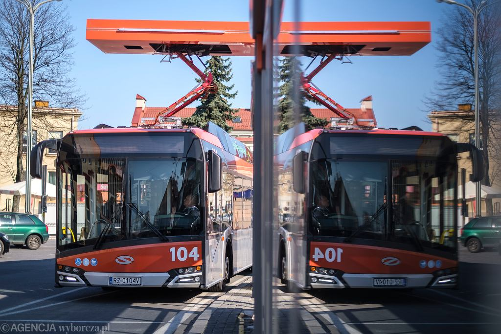 Przystanek autobusowy Dworzec Główny PKP 03. Stacja ładowania autubusów elektrycznych Solaris Urbino electric, Rzeszów 2020 rok.