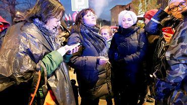 Kobiety blokujące Marsz Niepodległości z transparentem 'Faszyzm stop' zostały zaatakowane przez narodowców. 11.11.2017 w Warszawie.