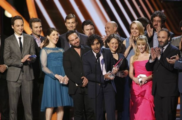 """Kunal Nayyar of """"The Big Bang Theory"""" accepts the award for favorite network TV comedy as the cast and crew stand onstage at the 2014 People's Choice Awards in Los Angeles, California January 8, 2014.   REUTERS/Mario Anzuoni (UNITED STATES  - Tags: ENTERTAINMENT)  (PEOPLESCHOICE-SHOW)"""