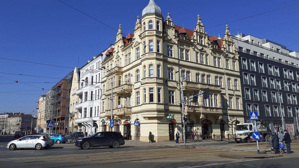 Renowacje na wrocławskim Nadodrzu. Wyremontowane kamienice obok nowych budynków