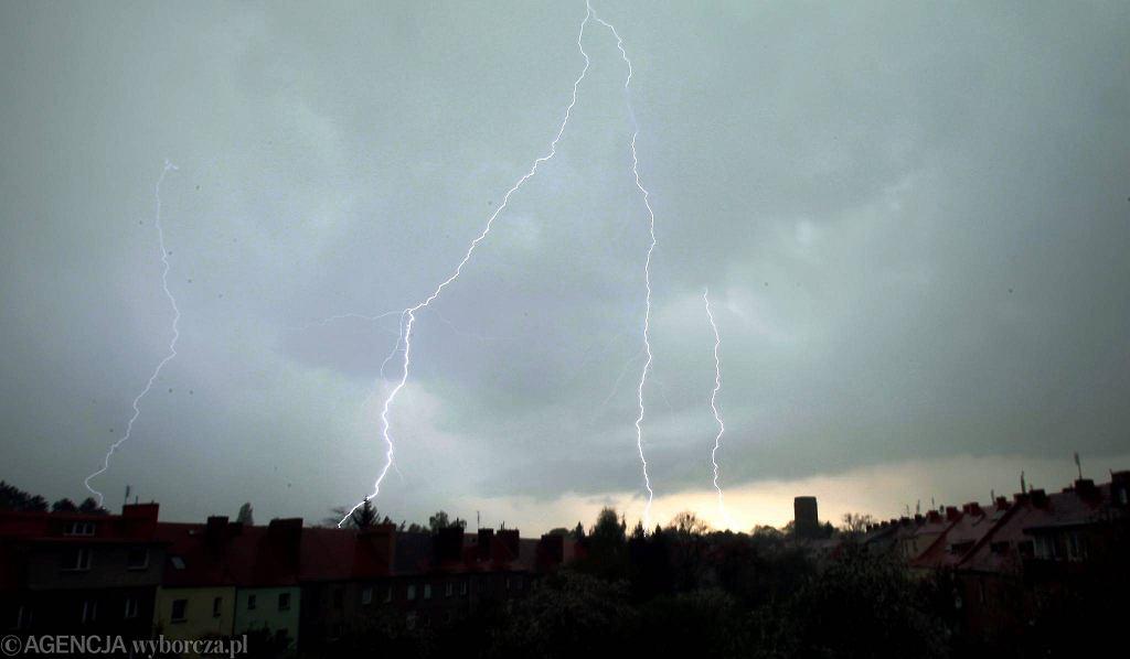 Synoptycy ostrzegają przed burzami, silnym wiatrem i gradem.