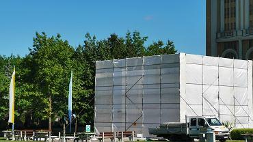 Licheń. Zasłonięto pomnik papieża Jana Pawła II, przed którym klęczy ks. Eugeniusz Makulski