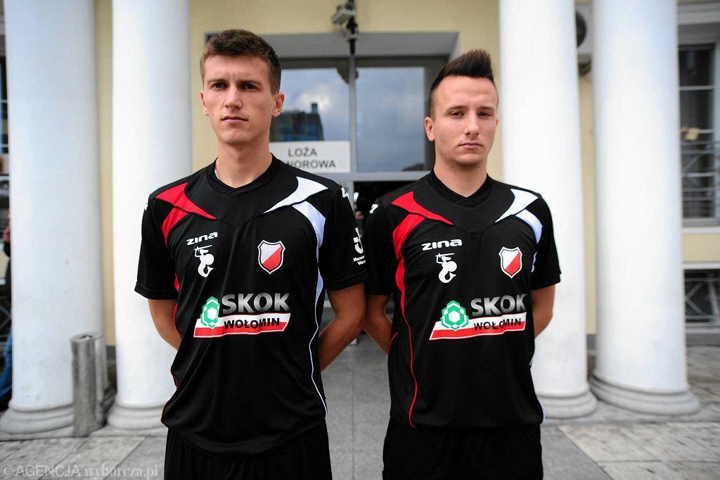 Piłkarze pierwszej drużyny (Daniel Grala, Aleksander Fogler) prezentują koszulki ze sponsorem Polonii
