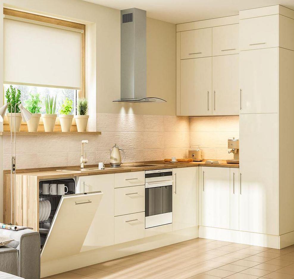 Klasyczna zabudowa kuchenna z ukrytą w niej lodówką