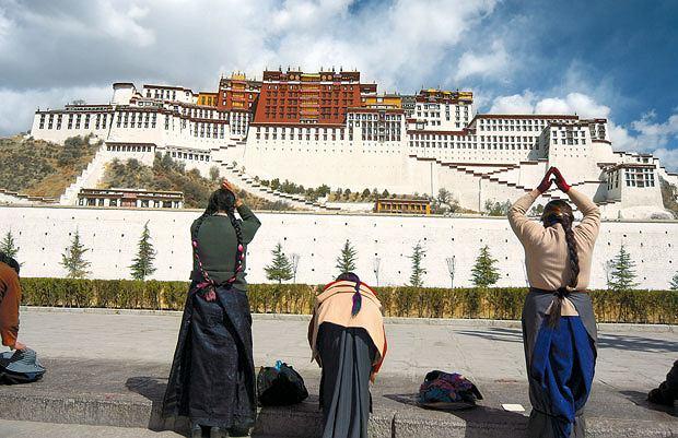Podróż pociągiem z Pekinu do Tybetu, azja, podróże, Tybetańczycy nie zapominają o swojej religii i swojej tożsamości. W coraz bardziej schińszczonej Lhasie pałac Potala przypomina o Dalajlamie