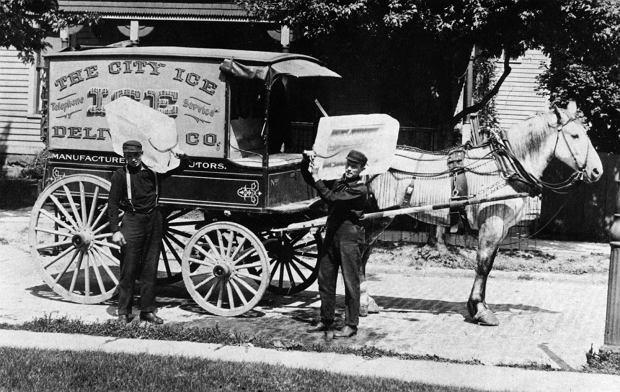 Ameryka, około 1910 r. Icemen, czyli dostawcy lodu. W XIX w. w USA tę pracę wykonywali głównie imigranci z południowych Włoch. Dziś dostawcy lodu są np. wśród Amiszów.