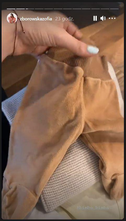 Zofia Zborowska pokazuje ubrania dla dziecka