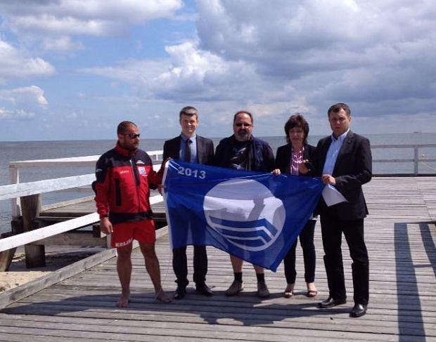 Uroczyste nadanie błękitnej flagi; Na zdjęciu przedstawiciele kąpieliska, Jarosław Szczygieł oraz prezydent Sopotu Jacek Karnowski