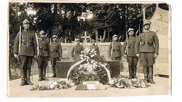 Konstanty Owieczko (pierwszy z prawej) na Rosie w Wilnie, gdzie pochowane jest serce Józefa Piłsudskiego