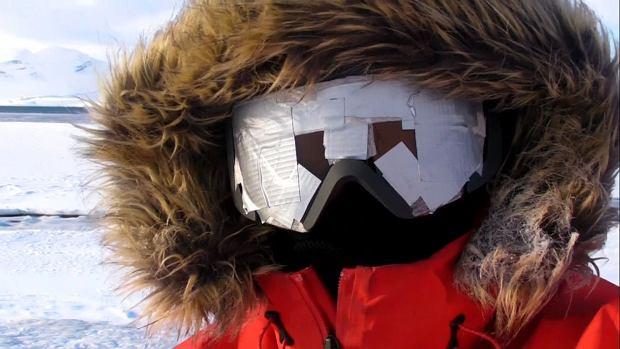 Joanna Mostowska,  na zdjęciu ma zaklejone okulary z powodu śnieżnej ślepoty