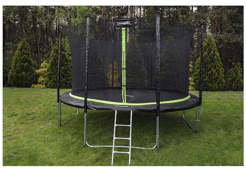 Duża trampolina idealnie sprawdzi się w ogrodzie