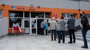Kolejka wyborców do lokalu w Katowicach.
