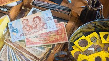 Tajlandia. Tajskie banknoty i monety / shutterstock