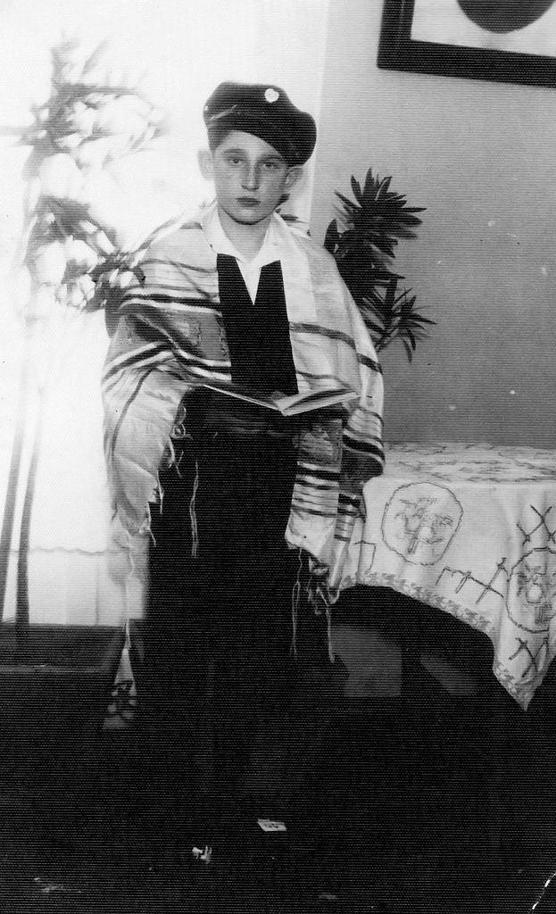 Moniek Lasman, brat Noacha, podczas swojej Bar micwy w Poznaniu. Jedno z nielicznych ocalałych przedwojennych zdjęć rodziny Lasmanów. Moniek zginął w czasie wojny