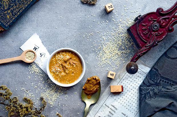Domowa tahina (tahini) - jak zrobić domową pastę sezamową? Świetna nie tylko do hummusu [PRZEPISY]