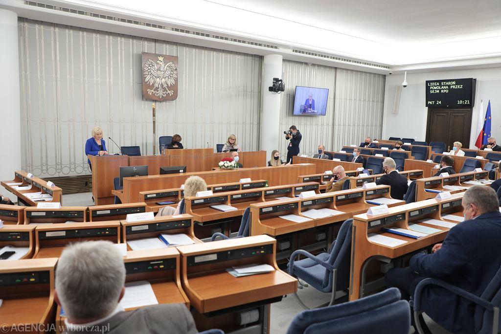 Senator Lidia Staroń podczas debaty i głosowania ws. jej kandydatury na Rzecznika Praw Obywatelskich (jest jedyną kandydatką). Warszawa, Senat, 18 czerwca 2021