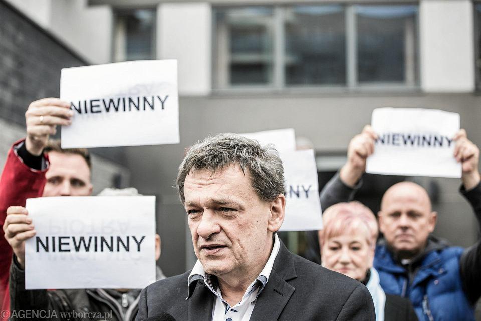 Piotr Tymochowicz po wyjściu z budynku sądu
