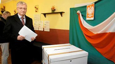 Jacek Jaśkowiak głosuje w wyborach samorządowych w 2014 r.