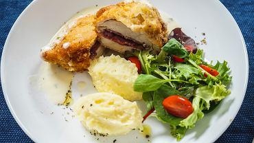 Kotlet szwajcarski najlepiej będzie smakował z frytkami lub puree z ziemniaków i surówką (zdjęcie ilustracyjne)