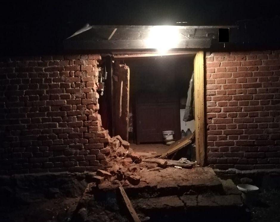 Dziura wybita samochodem w ścianie domu
