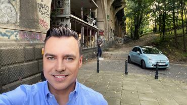 Tomasz Korniejew i Fiat 500 Hybrid na planie podczas kręcenia programu Studio Biznes