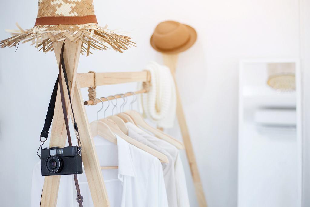 Drewniany stojak na ubrania.