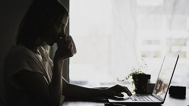 Kobieta przy laptopie (zdjęcie ilustracyjne)