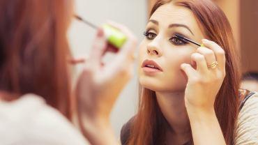 Opadająca powieka może zostać ukryta pod makijażem. Zdjęcie ilustracyjne