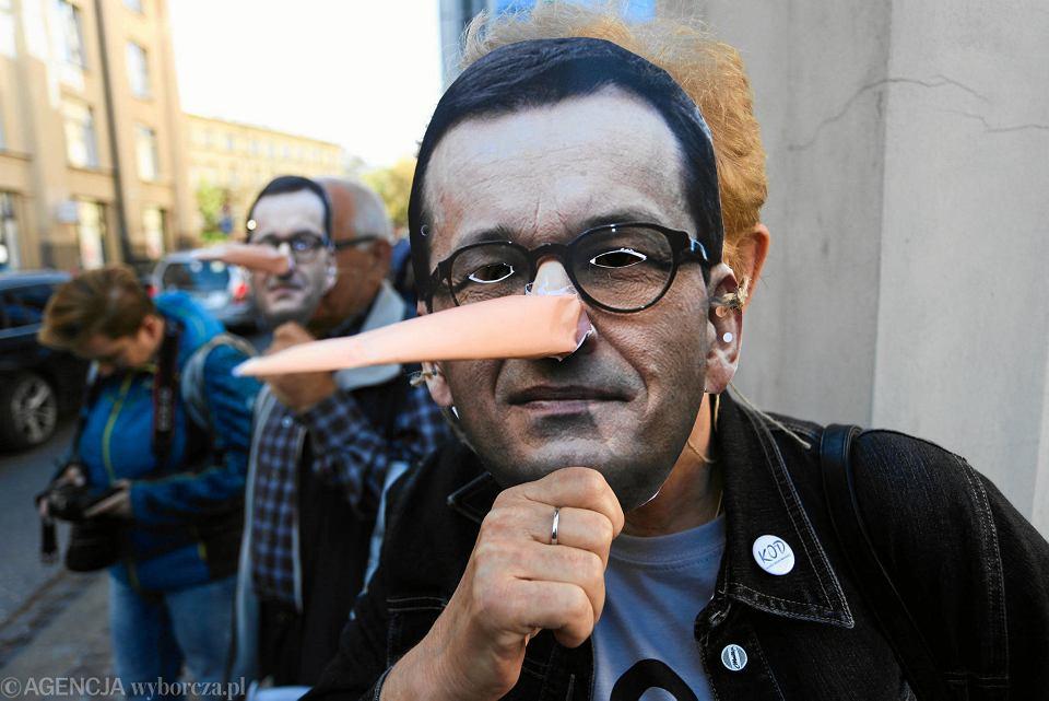 14.10.2018, Kraków, człowiek w masce z podobizną Mateusza Morawieckiego podczas protestu w czasie konwencji Prawa i Sprawiedliwości.