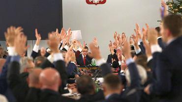 Głosowanie na Sali Kolumnowej po przeniesieniu obrad Sejmu
