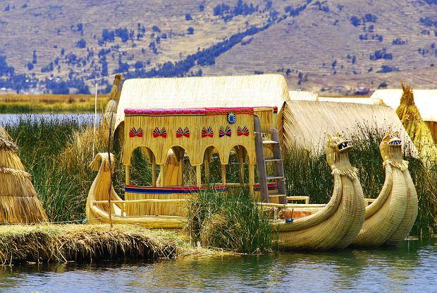 Jezioro Titicaca - łodzie z trzciny ludu Uros / shutterstock