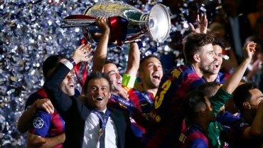 Piłkarze Barcelony i Luis Enrique z trofeum za wygranie Ligi Mistrzów