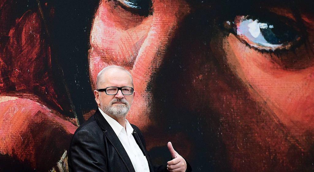 Grzegorz Rosiński na tle plakatu z wizerunkiem Thorgala
