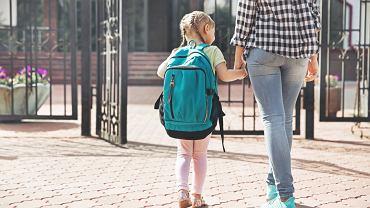 Rodzice nie wejdą do szkoły? To częste rozwiązanie, ale wciąż bulwersuje