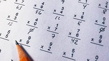Jak nauczyć dziecko tabliczki mnożenia i matematyki bez stresu?