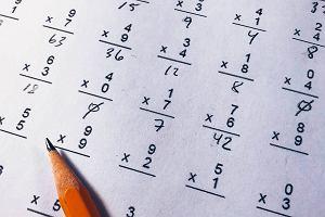 Jak nauczyć dziecko tabliczki mnożenia? Metody na bezstresową naukę matematyki