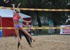W Krakowie trwają mistrzostwa Polski w siatkówce plażowej. Oto wyniki pierwszego dnia