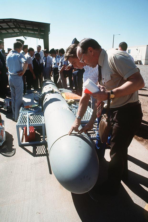 Radzieccy inspektorzy oglądają przeznaczoną do zniszczenia rakietę BGM-109G