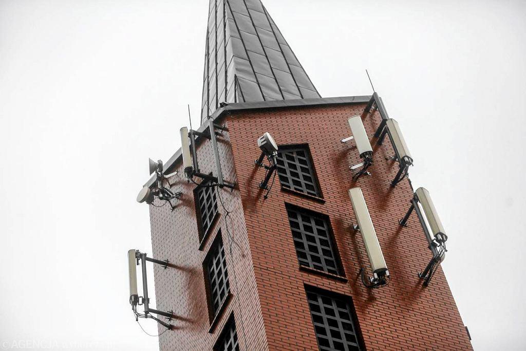 Gdańsk, wieża kościoła na gdańskim Chełmie z przekaźnikami telefonii komórkowej.