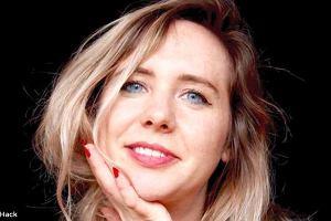 """Pisarka cierpiała 17 lat przez """"bolesny okres"""". Okazało się, że to cysta na jajniku, z której wyrosły włosy i zęby"""