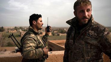 Bojownicy Syryjskich Sił Demokratycznych (SDF) wspierani przez USA w wiosce Baghouz w Syrii, 16 lutego 2019.