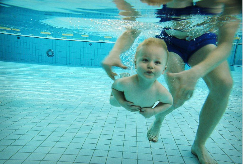 Nauka pływania niemowląt we wrocławskim Aquaparku