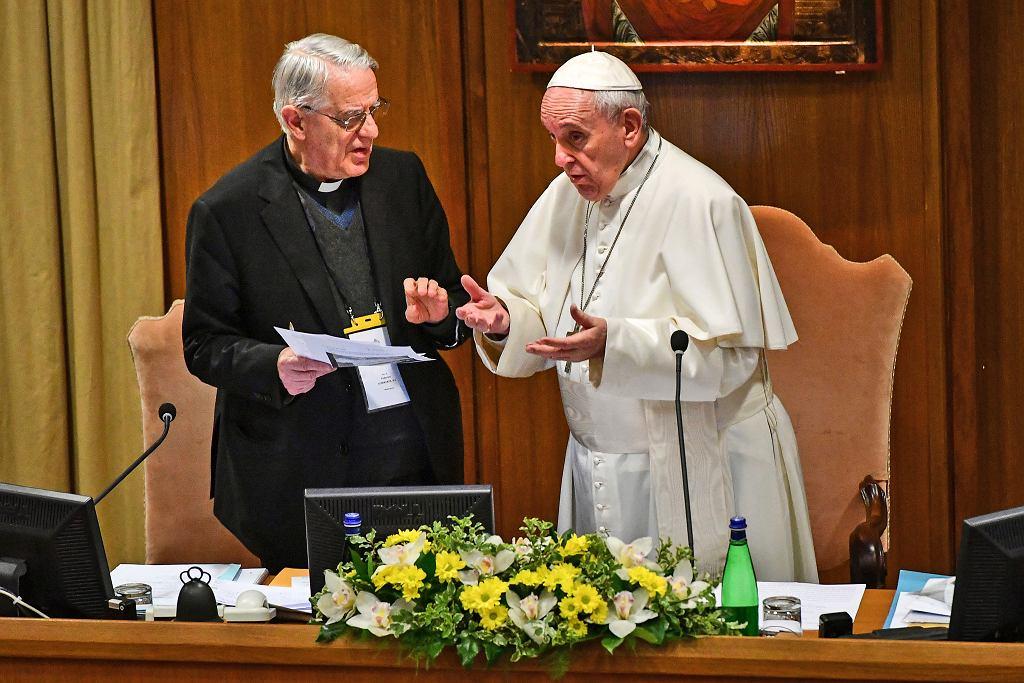 Franciszek i ks. Federico Lombardi, który moderuje konferencję o pedofilii w Kościele, w czwartek w Watykanie