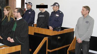 Skazany za zabójstwo Przemysław S. (z lewej, pomiędzy policjantami) i uniewinniony Artur Dudzic