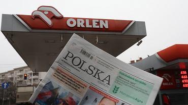 Orlen to spółka prywatna, która za prywatne pieniądze realizuje zlecenia państwowe, np. kupuje gazety, chociaż nijak to się ma do strategii koncernu paliwowego - oburza się Krzysztof Skolimowski i wzywa indywidualnych akcjonariuszy Orlenu do reakcji.