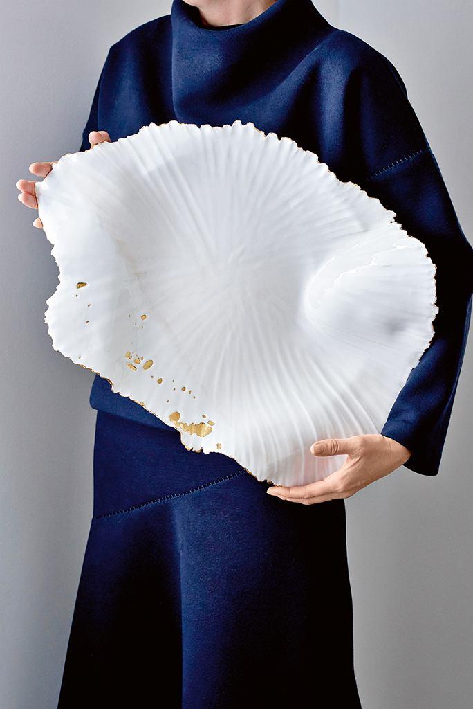 Dominika Dondé -masa ceramiczna niskotopliwa, szkliwo białe niskotemperaturowe. Patera szkliwiona zdwóch stron, zdobiona złotem, do kontaktu zżywnością.