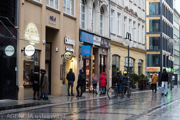 Zdjęcie numer 15 w galerii - Tłumy na Rynku we Wrocławiu. Spacery z jedzeniem na wynos i puszczanie baniek