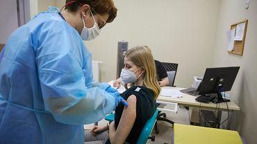 11.01.2021, CKD w Łodzi. Szczepionka na koronawirusa podawana osobom z tzw. grupy zero