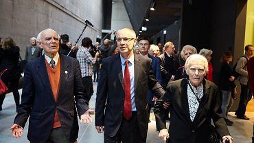 Dyrektor Muzeum II Wojny Światowej Paweł Machcewicz (w środku) i prof. Joanna Muszkowska - Penson zwiedzają wystawę stałą muzeum tuz po jej uroczystym otwarciu, 23 marca 2017 r.